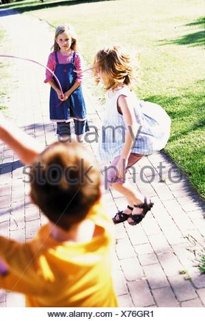 Kinder auf einem Spielplatz spielen