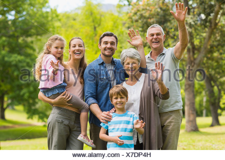 Großfamilie winken Hände im park - Stockfoto