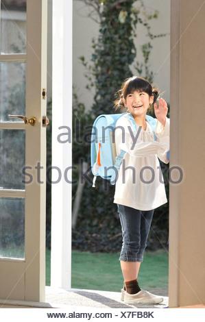 Mädchen winkenden Hand am Eingang - Stockfoto