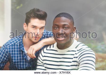 Porträt von zwei jungen Männern hinter Fenster