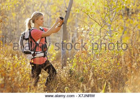 USA, Utah, junge Frau nehmen Foto im Wald - Stockfoto