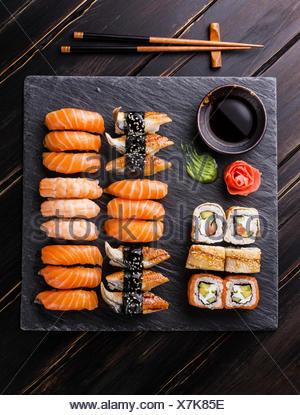 Sushi Set auf schwarzem Stein Schiefer Hintergrund Stockfoto