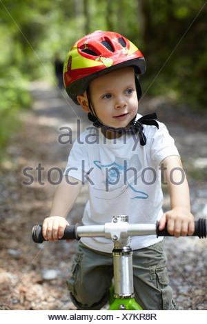Kleinkind Jungen Reiten Fahrrad - Stockfoto