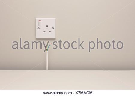 Blanke Drähte durch eine elektrische Steckdose Stockfoto, Bild ...