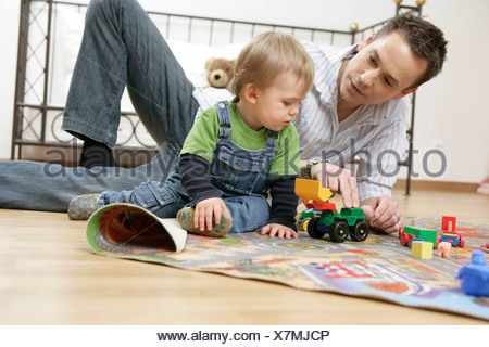 Vater und Sohn spielen auf spielen Teppich - Stockfoto