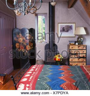 Bunt gemusterten bettdecke im bett im schlafzimmer kleines for Leinwand schlafzimmer