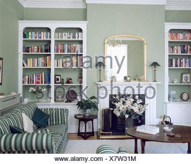 wei e regale auf beiden seiten der kamin im wohnzimmer grau gr n mit gr n wei gestreiften. Black Bedroom Furniture Sets. Home Design Ideas