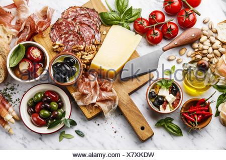 italienische snacks essen mit schinken geschnittenem brot ciabatta oliven parmesan grissini. Black Bedroom Furniture Sets. Home Design Ideas
