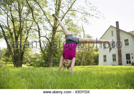 Ein Familien-Sommer-Garing auf einem Bauernhof. Ein gemeinsames Essen eine Heimkehr. Stockfoto