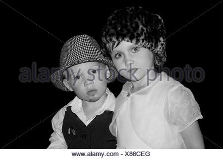 Junge und Mädchen verkleidet als Erwachsene Paar