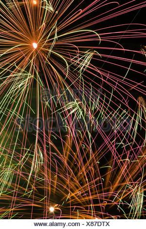Gold rot gr n und wei feuerwerk explodiert in den for Lila und grun mischen