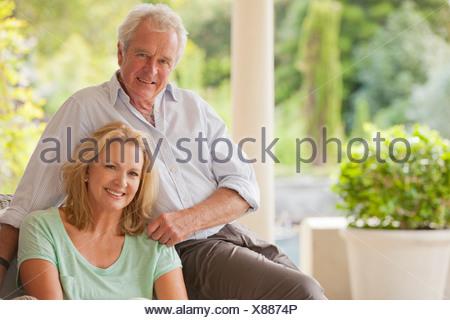 Porträt des Lächelns paar auf Veranda - Stockfoto