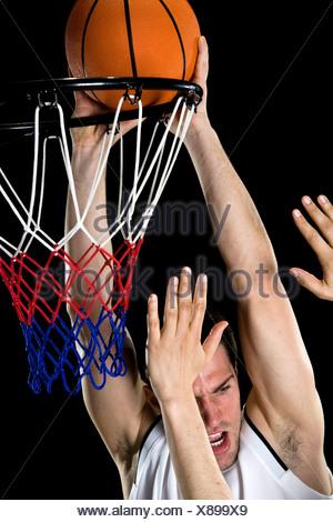 Ein Basketball-Spieler versuchen, einen Korb, Studio gedreht - Stockfoto