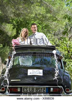 Hochzeitspaar in Hochzeitsauto