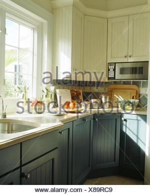 Küche blau grau  Blau-grau Einbauschränke in weiße Küche mit Stein Fliesen Boden ...