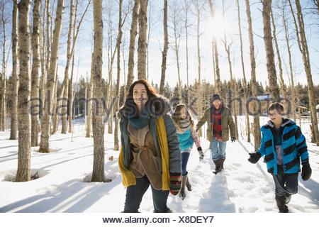 Familie zu Fuß durch den Winterwald - Stockfoto