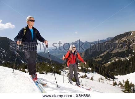 Älteres Paar auf Skitour in Bergen - Stockfoto