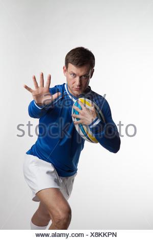 Rugby-Spieler laufen mit Rugby-ball - Stockfoto