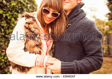 Paar Hand in Hand lachen, beschnitten