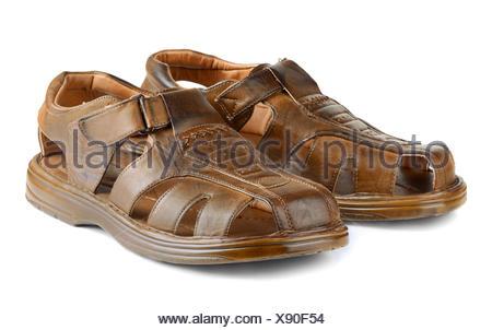 Mens Sommer Leder braun Sandalen in Schritt auf weißem Hintergrund ... 35d8e22740