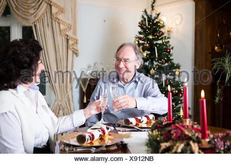 Älteres paar Champagner trinken zu Weihnachten - Stockfoto