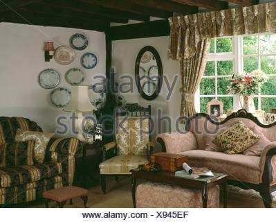 Antiker Stuhl Vor Weißem Hintergrund · Rosa Antike Sofa Und Viktorianischen  Polsterstuhl Im Land Ferienhaus Wohnzimmer   Stockfoto