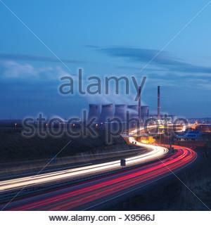 Kohle-Kraftwerk mit Autobahn