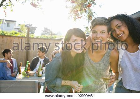 Porträt von lächelnden Freunde trinken am Hinterhof Grill - Stockfoto