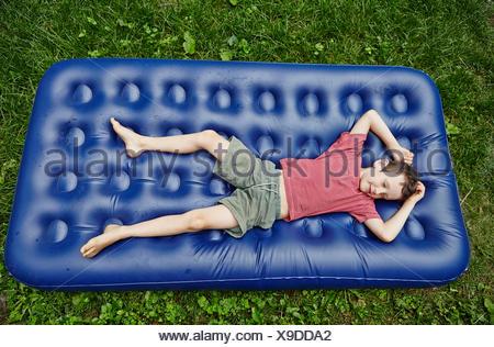 Draufsicht eines jungen auf Luftmatratze liegend Stockfoto