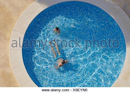 Draufsicht auf Mann und Kleinkind Tochter im Schwimmbad - Stockfoto