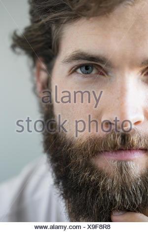Porträt ernst Brünette bärtigen Mannes hautnah - Stockfoto