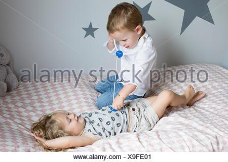 Kleine Jungs Spielen Doktor