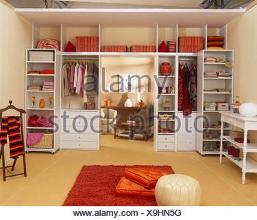 Mobile Regale Schlafzimmer Stockfoto, Bild: 282121400 - Alamy