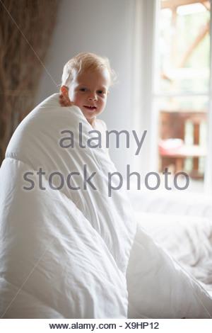 portr t des kleinen jungen in badetuch geh llt stockfoto bild 17221518 alamy. Black Bedroom Furniture Sets. Home Design Ideas