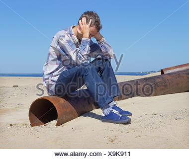 Einsamer junger Mann unter Depressionen leiden - Stockfoto