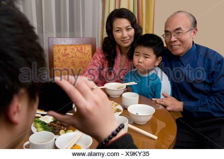 Paar mittleren Alters und Enkel posieren für Bild - Stockfoto