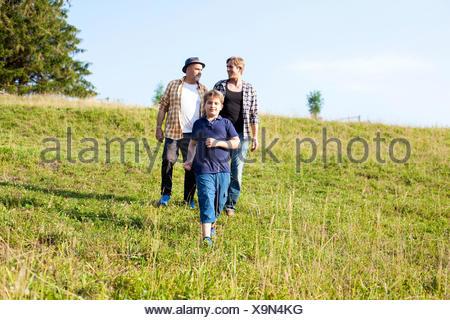 Mehr-Generationen-Familie zu Fuß auf der Wiese - Stockfoto