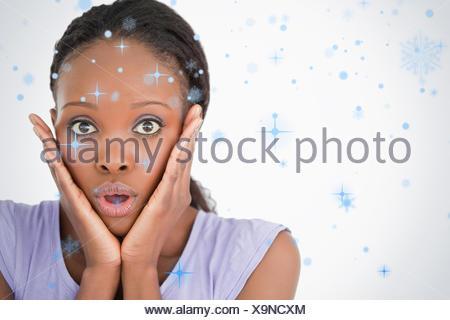 Nahaufnahme von verängstigten Frau auf weißem Hintergrund - Stockfoto