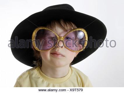 Kind mit einem Hut und großen Sonnenbrillen - Stockfoto