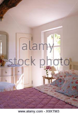 ... Rose Gemusterte Kissen Und Rosa Quilt In Französischer Landhaus  Schlafzimmer   Stockfoto