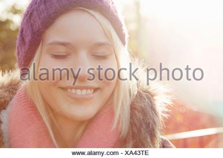 Porträt der jungen Frau mit Stricken Hut, Augen geschlossen