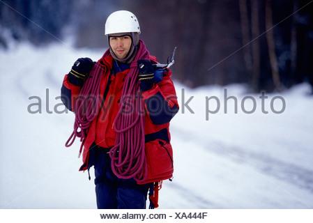 Klettergurt Seil : Der mensch steht im schnee mit seil klettergurt und eispickel