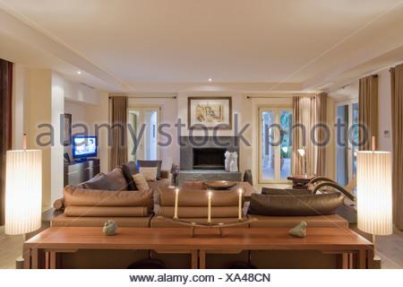 ... Brennenden Lampen Auf Beiden Seiten Des Tisches Hinter Sofa Im Modernen  Wohnzimmer In Spanische Villa Mit