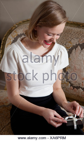Nahaufnahme von Frau Eröffnung Geschenk - Stockfoto