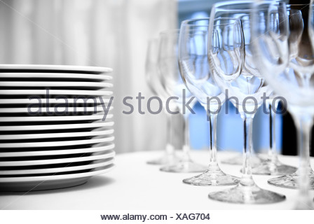 glas pokale und teller auf den tisch stockfoto bild 60002189 alamy. Black Bedroom Furniture Sets. Home Design Ideas