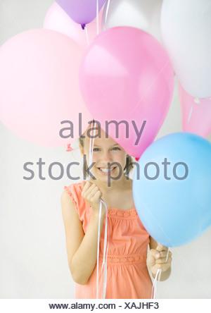 mädchen hält luftballons