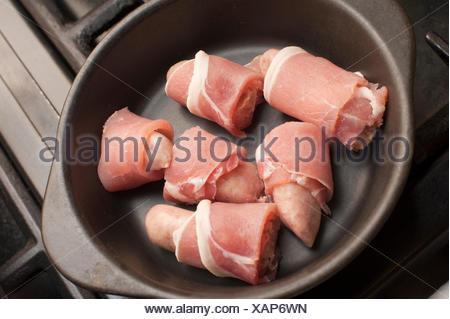 W rstchen aus schweinefleisch kochen in einer pfanne for Backofen und mikrowelle in einem gerat