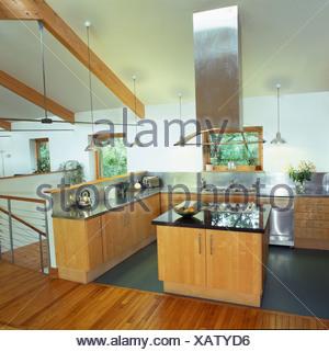 ... Große Edelstahl Extraktor über Dem Kochfeld In Insel Einheit Im  Modernen Stall Umbau Küche