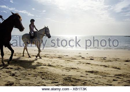 Mädchen auf einem Pferd am Strand, Saly, Senegal - Stockfoto