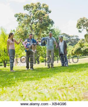 Happy erweitert Familie Wandern im park - Stockfoto